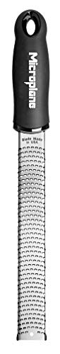 Microplane Zester Reibe Fein Schwarz Edelstahl für Zitrusfrüchte, Hartkäse, Ingwer, Schokolade, Muskatnuss und Trüffel aus der Premium Classic Serie