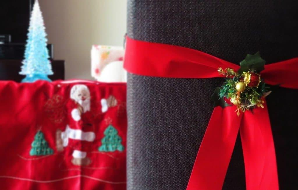 Stühle mit Stuhlhussen. Weihnachten steht vor der Tür