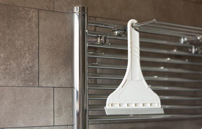 Mit einem Duschabzieher hat der Kalk keine Chance