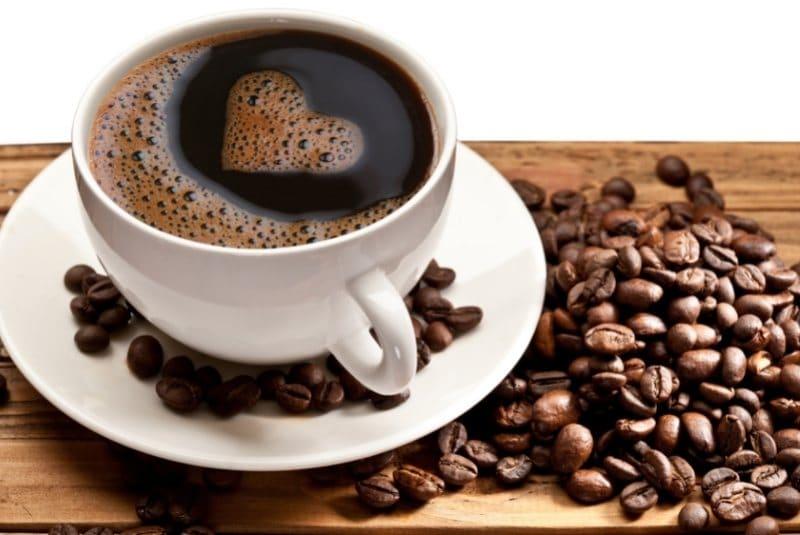 Frisch gebrühter Kaffee aus dem Kaffeevollautomaten