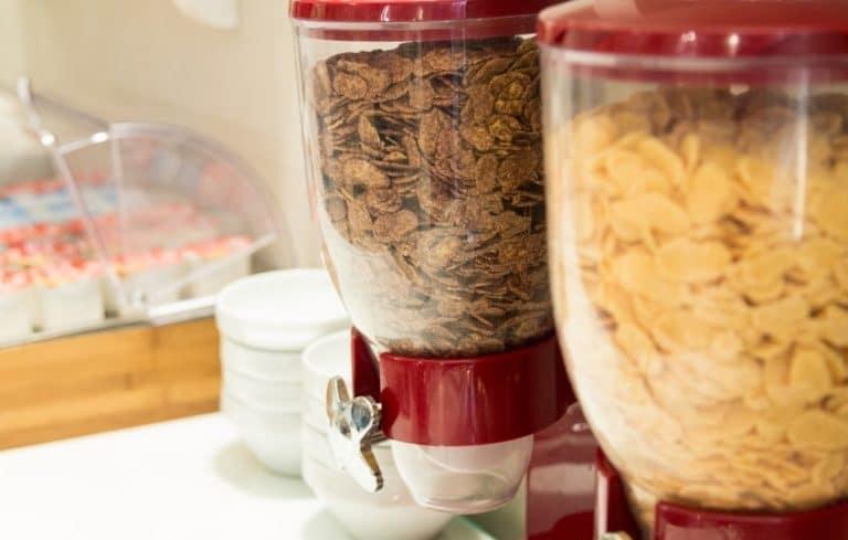 Cornflakes Spender beim Frühstück