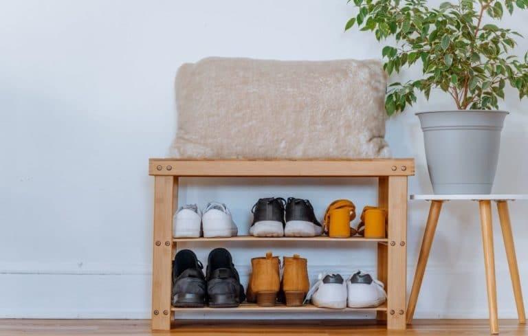 Schuhregal mit Sitzbank im Flur