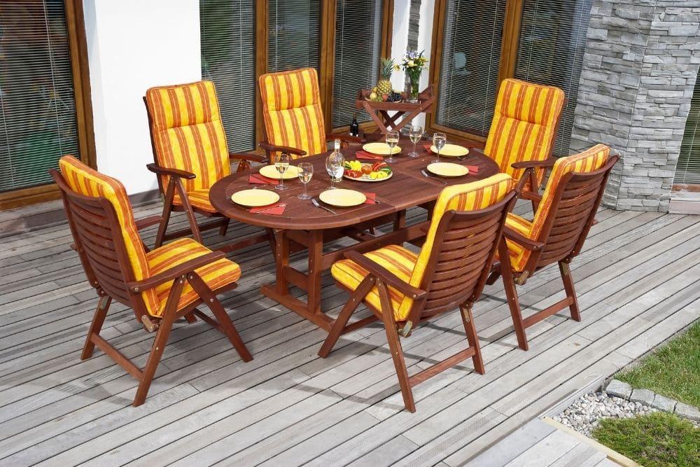 Sitzkissen auf Stühlen zum verstauen in einer Gartentruhe
