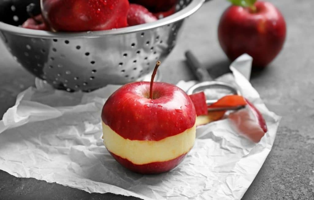 Die Apfelschälmaschine erleichtert das Schälen von Äpfeln