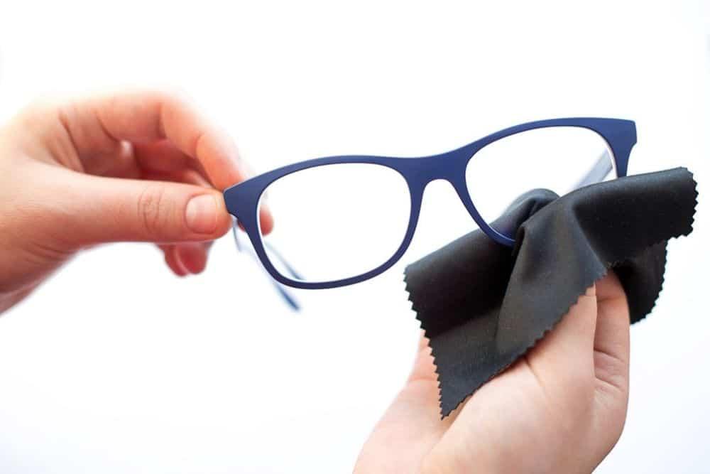 Brille putzen mit Mikrofasertuch