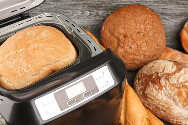Frisch gebackenes Brot aus einem Brotbackautomat