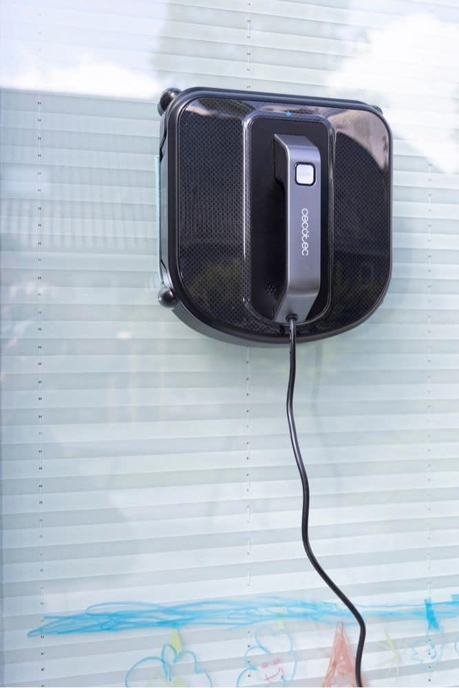 Cecotec Windroid 980 an Fensterscheibe