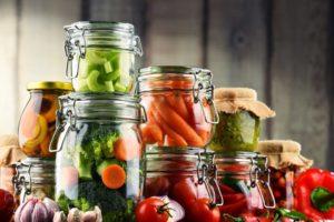 Lebensmittel einkochen und einwecken ermöglicht eine lange Haltbarkeit