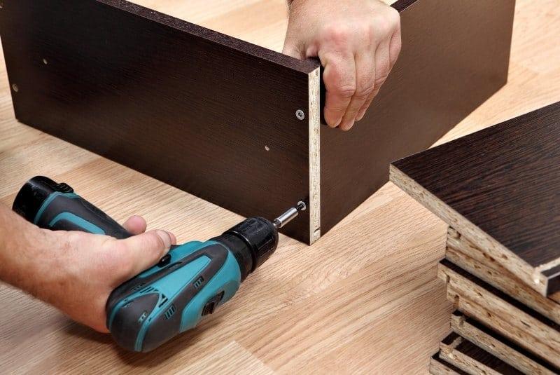 Akkuschrauber bei der Möbelmontage