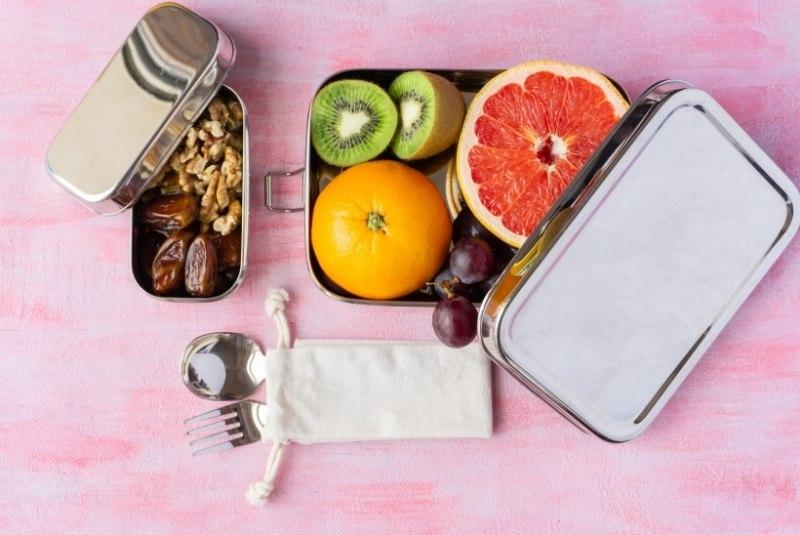Brotdose aus Edelstahl, gefüllt mit Obst und Brot