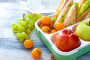 Brotdose mit Obst und Brot