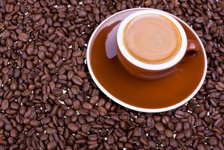 Espressotassen mit Kaffeebohnen