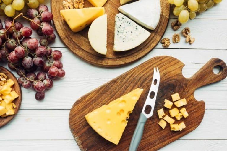 Käsemesser mit verschiedenen Käsesorten