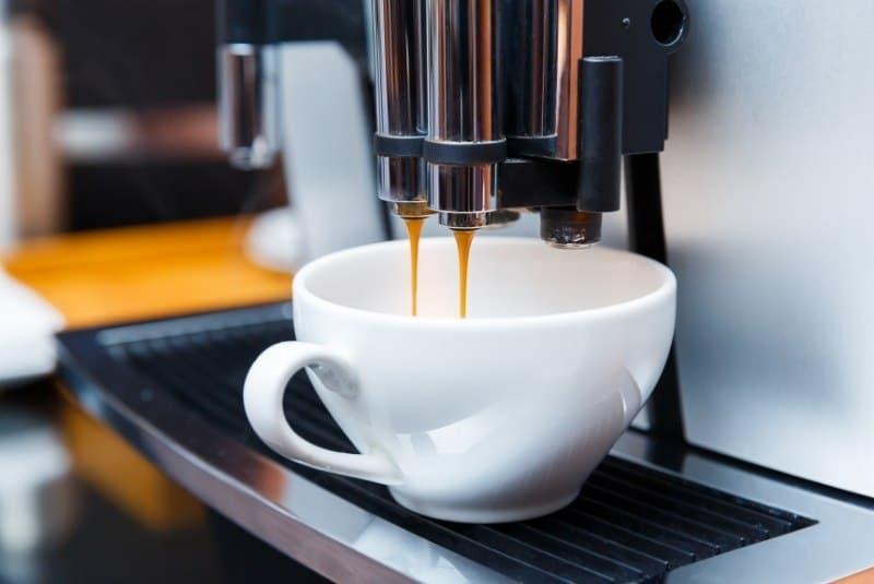 Kaffeevollautomat brüht frischen Kaffee