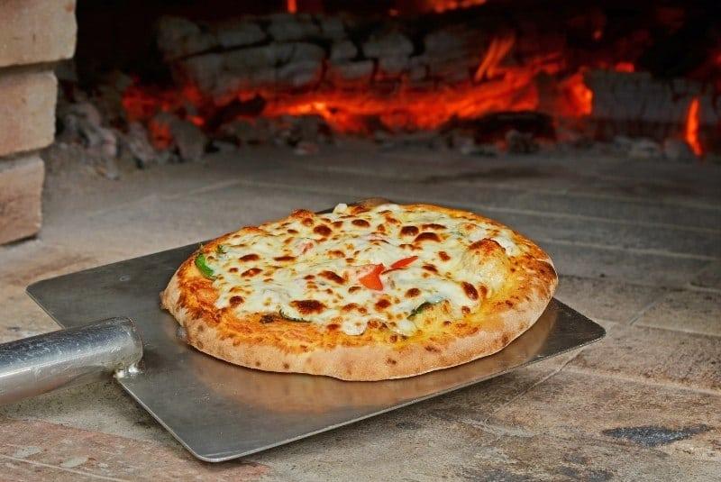 Pizzaschaufel mit selbstgemachter Pizza