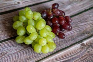 Gefrorene Weintrauben in zwei Sorten